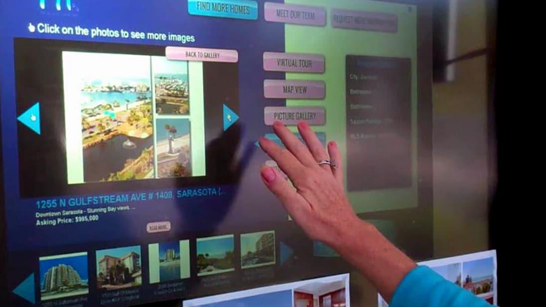 Une vitrine interactive dans une agence immobilière