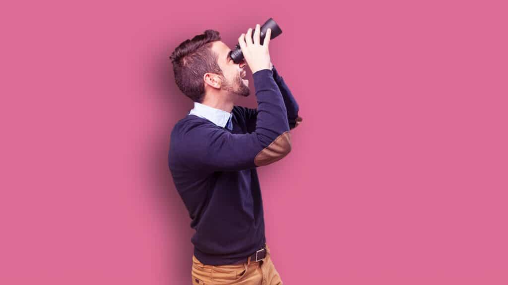 homme cherchant une solution d'affichage dynamique avec ses jumelles